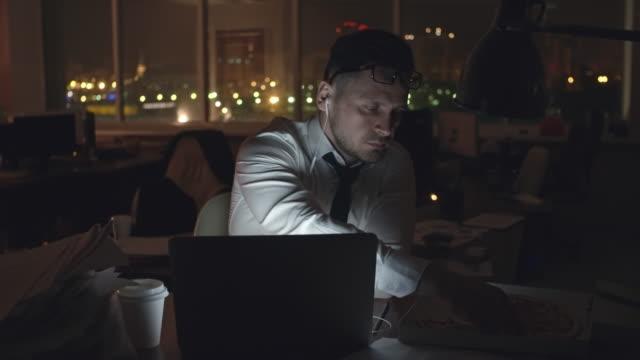 businessman working on laptop at night - работа допоздна стоковые видео и кадры b-roll