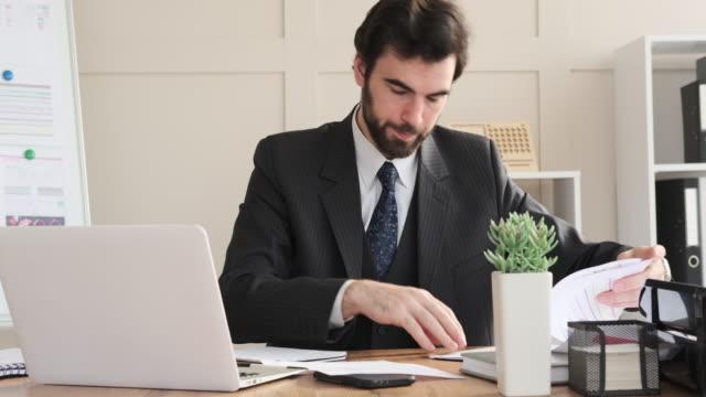 geschäftsmann arbeitet am laptop im büro - formelle geschäftskleidung stock-videos und b-roll-filmmaterial
