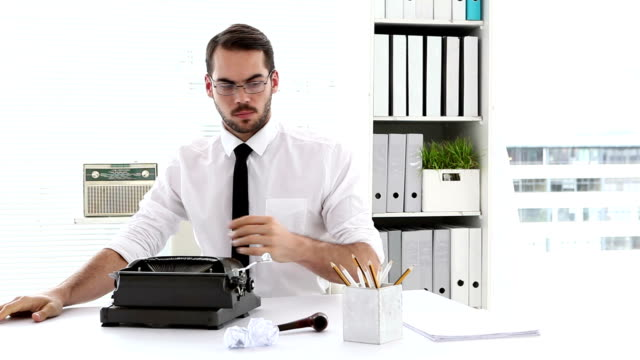 stockvideo's en b-roll-footage met businessman working on typewriter at his desk - overhemd en stropdas