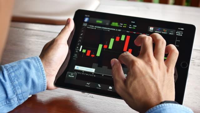 Geschäftsmann arbeiten Stack Marktdaten auf digitalen tablet – Video