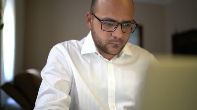 vídeos y material grabado en eventos de stock de empresario que trabaja con portátil en casa - financial planning