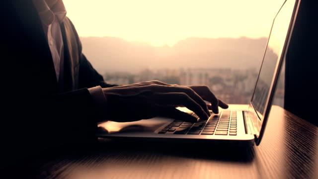 日没時にノートパソコンで作業するビジネスマン - ジャーナリスト点の映像素材/bロール