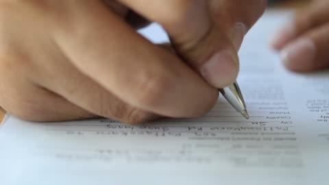 vídeos y material grabado en eventos de stock de hd: empresario escribiendo en el documento - parte del cuerpo humano