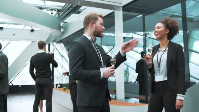 ビジネスマンや実業家の休憩中にシャンパンを飲む ビデオ