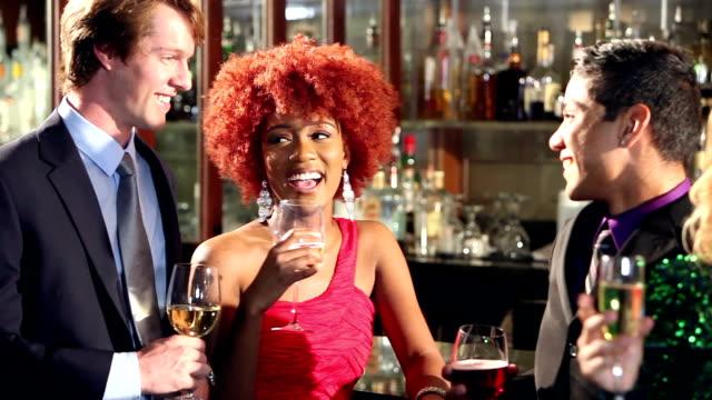 vídeos y material grabado en eventos de stock de hombres y mujeres con bebidas en el bar - cóctel