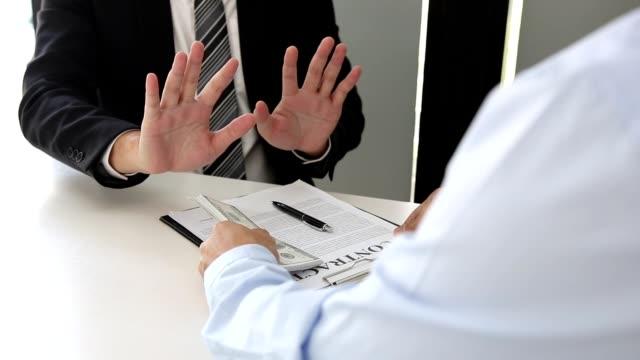 affärsmän lämnar in dokument kontrakt och mutor till företagare för att godkänna projekt, men företagare vägrar att acceptera mutor. - dirty money bildbanksvideor och videomaterial från bakom kulisserna