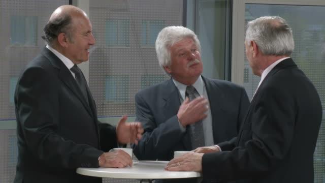 HD: Empresarios en debate durante receso - vídeo