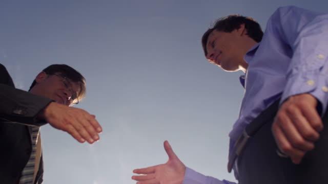 Empresários, apertando as mãos