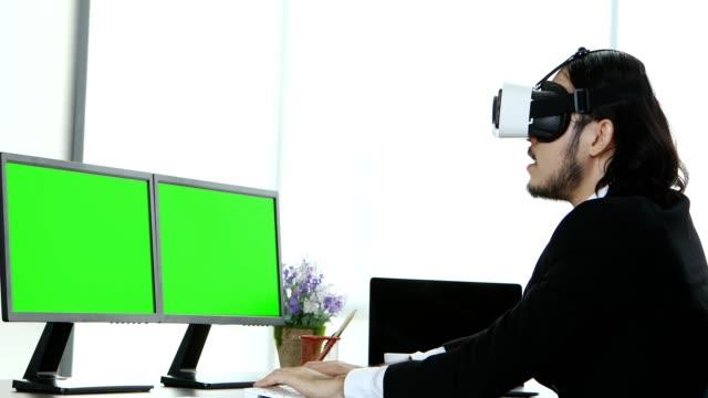 geschäftsleute sitzen und den inhalt von vr betrachten. - unterordnung stock-videos und b-roll-filmmaterial