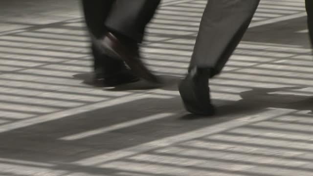 işadamları - uzun adımlarla yürümek stok videoları ve detay görüntü çekimi