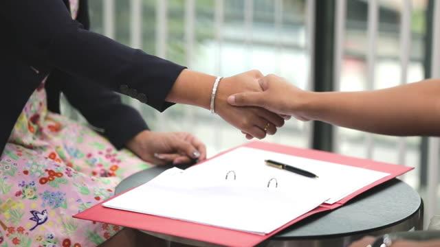 vidéos et rushes de les hommes d'affaires signeront un accord d'affaires. - notaire