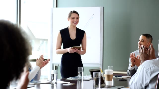 stockvideo's en b-roll-footage met ondernemers juichen collega na succesvolle presentatie - bewondering