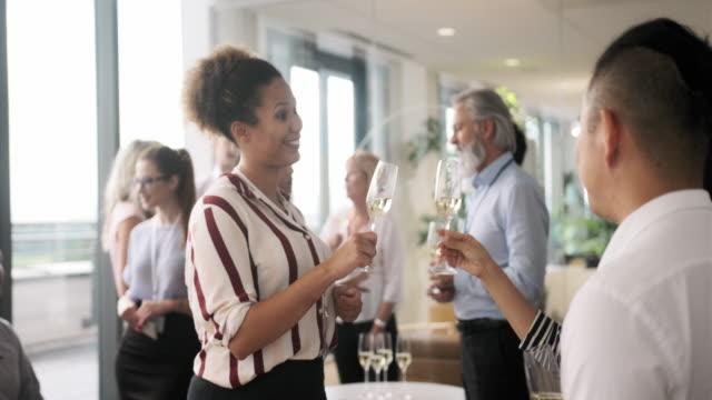 vídeos de stock, filmes e b-roll de empresários curtindo nova festa de lançamento de negócios - festas no escritório