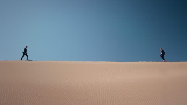 vídeos de stock e filmes b-roll de empresários no deserto - linha do horizonte sobre terra
