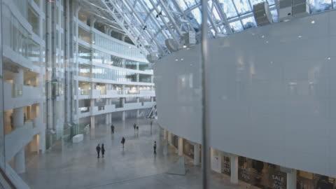stockvideo's en b-roll-footage met ondernemers in de lobby van het moderne business center - modern