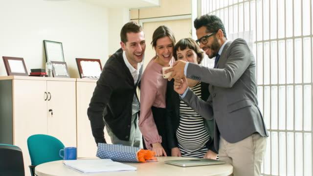 Les gens d'affaires regardant photos de téléphone portable - Vidéo