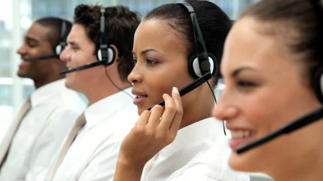 vídeos y material grabado en eventos de stock de los empresarios en auriculares - centro de llamadas