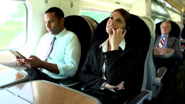 vídeos y material grabado en eventos de stock de los empresarios en tren a través de dispositivos digitales - viaje en primera clase