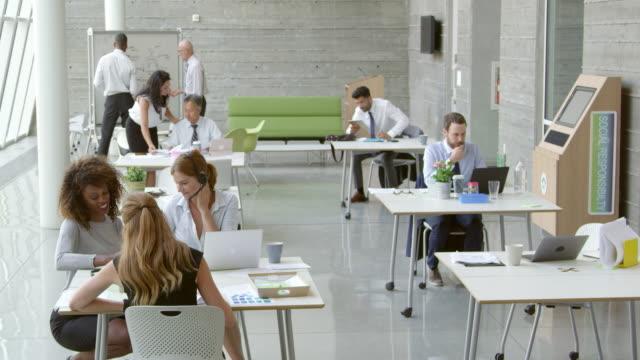 vídeos de stock e filmes b-roll de empresários trabalhando na mesa no escritório moderno em r3d filmagem - envolvimento dos funcionários