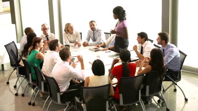 Geschäftsfrau Adressierung treffen um den Tisch im Tagungsraum – Video