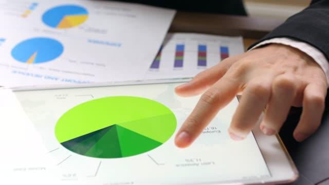 geschäftsfrau analyse marktdaten - flussdiagramm stock-videos und b-roll-filmmaterial