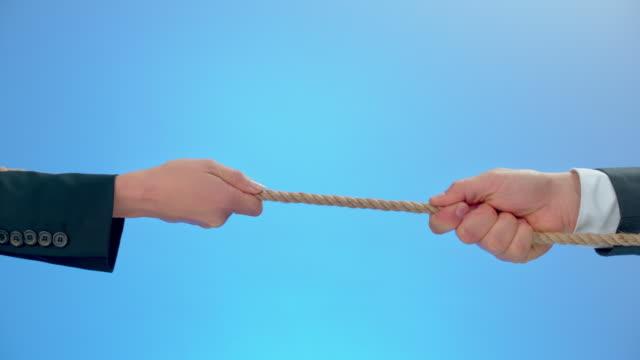 vídeos de stock e filmes b-roll de slo mo ld businesswoman and businessman pulling a rope - puxar