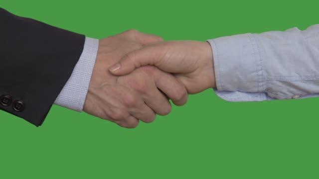vídeos de stock, filmes e b-roll de empresária e empresário apertando as mãos depois, chaveados tela verde - handshake
