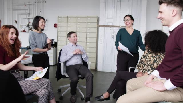 stockvideo's en b-roll-footage met onderneemster die een vrouwelijke medewerker tijdens personeelsvergadering waardeert - bewondering