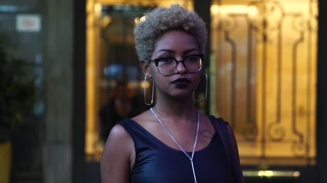 vídeos de stock e filmes b-roll de businesswoman at big city - afro