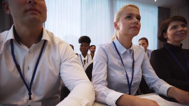 affärskvinna på business conference talar - affärskonferens bildbanksvideor och videomaterial från bakom kulisserna