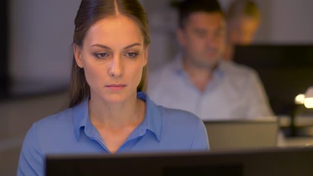 vídeos de stock, filmes e b-roll de empresária no computador trabalhando no escritório de noite - sul europeu