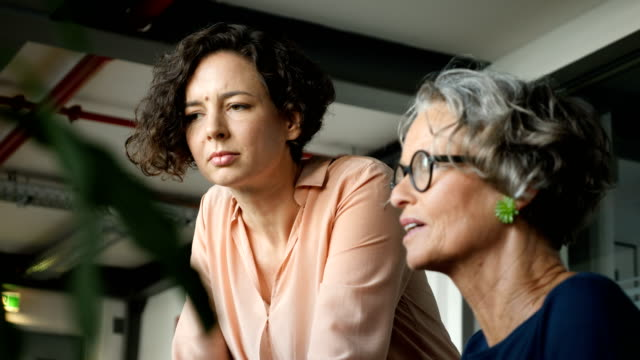 stockvideo's en b-roll-footage met zakenvrouw brainstormen vrouwelijke programmeur - oudere vrouwen