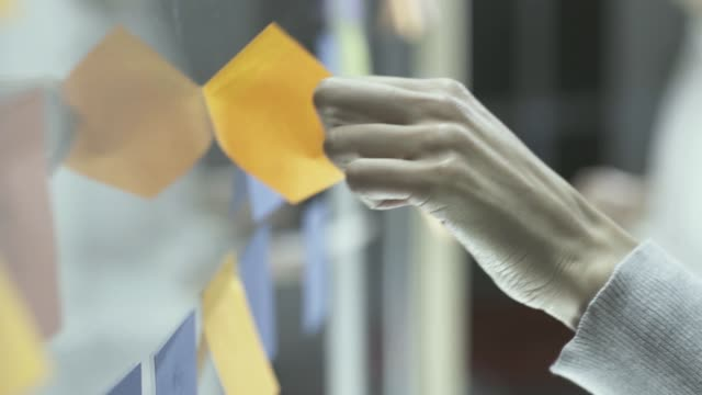 vídeos de stock e filmes b-roll de businesswoman checking sticky notes - papel adesivo
