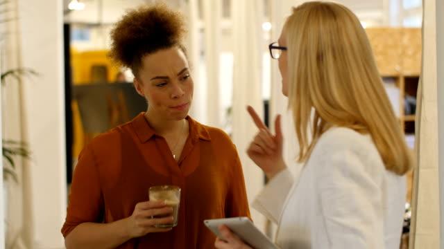 Mujer de negocios comunicarse con colega de tener cafetera - vídeo