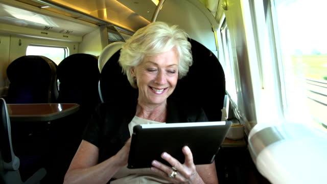 De camino a la oficina en tren mujer de negocios usando tableta Digital - vídeo