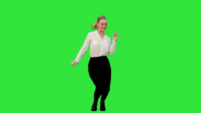 Zakenvrouw dansen wild vieren succesvol project op een groen scherm, Chromakey video