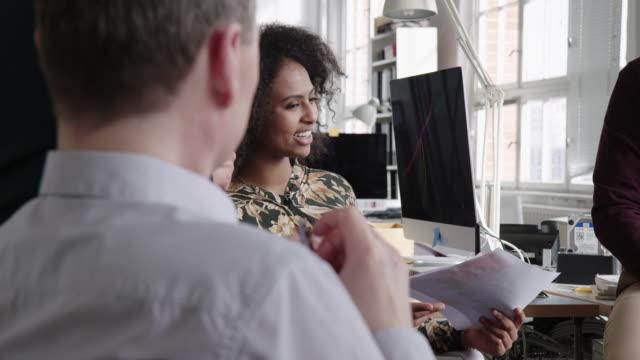 vídeos de stock e filmes b-roll de businesswoman discussing new business plan with colleagues - envolvimento dos funcionários