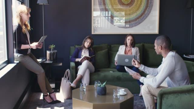 로비에서 동료와 함께 논의 하는 사업가 - 10초 이상 스톡 비디오 및 b-롤 화면