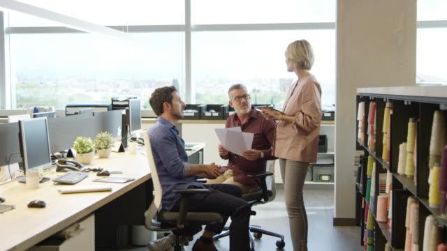 imprenditrice che discute con i colleghi in carica - 20 o più secondi video stock e b–roll