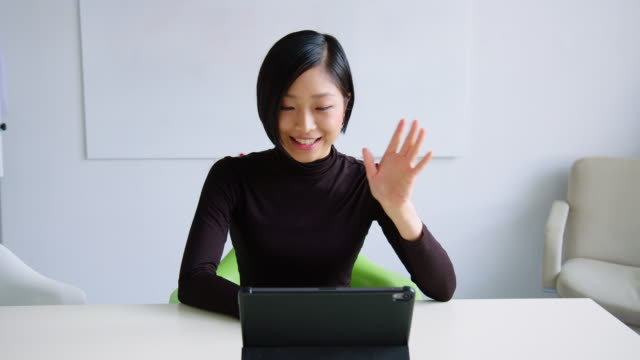 デジタルタブレットでビデオ通話をしているビジネスウーマン - テレビ会議 日本人点の映像素材/bロール