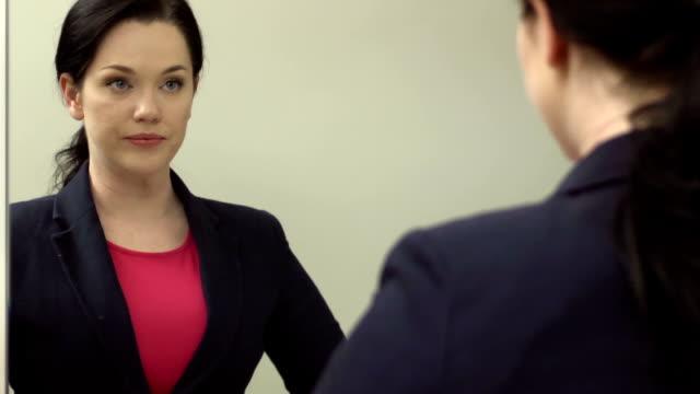 仕事にビジネスウーマンのドレス - 着る点の映像素材/bロール