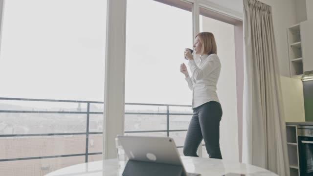 彼女のアパートでコーヒーを飲みながら ws 実業家 - 広角撮影点の映像素材/bロール