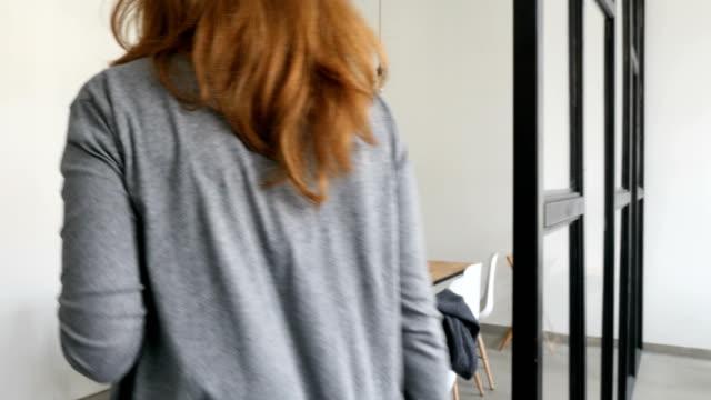 businesswoman entering cafeteria towards coworkers - stołówka filmów i materiałów b-roll