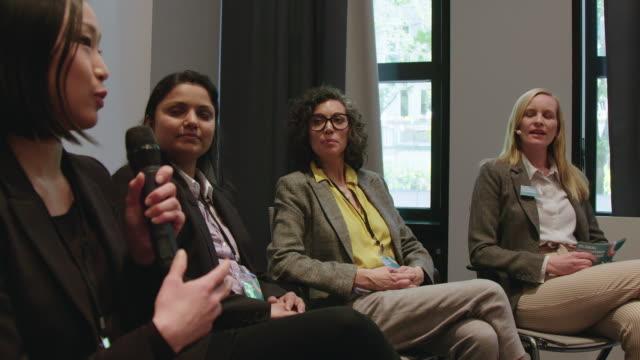 geschäftsfrau erklärt während der auftaktveranstaltung - konferenz stock-videos und b-roll-filmmaterial