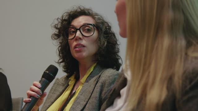 geschäftsfrau erklärt strategie zu emcee - konferenz stock-videos und b-roll-filmmaterial