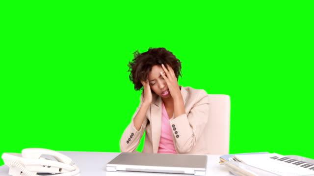 businesswoman feeling stressed at her desk - blazer bildbanksvideor och videomaterial från bakom kulisserna
