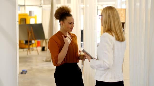 Mujer de negocios Gesticular durante la comunicación con colega - vídeo