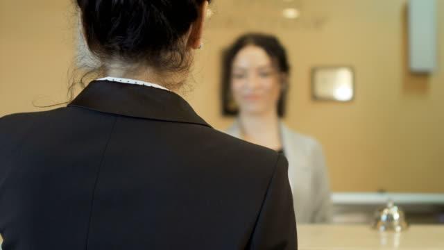 Geschäftsfrau ruft einen Schlüssel von einem Zimmer in einem hotel – Video
