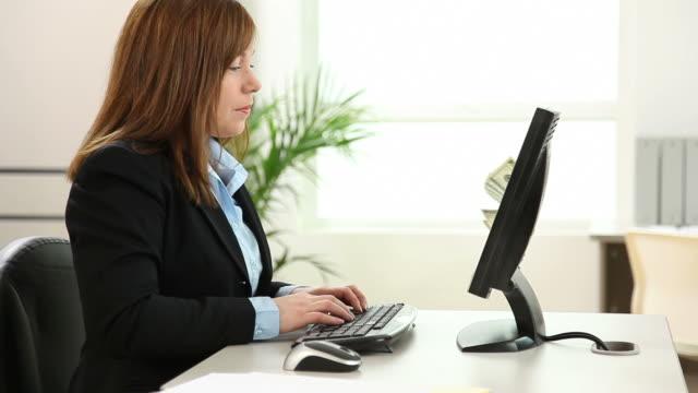 donna d'affari riceve denaro dal computer - reso video stock e b–roll