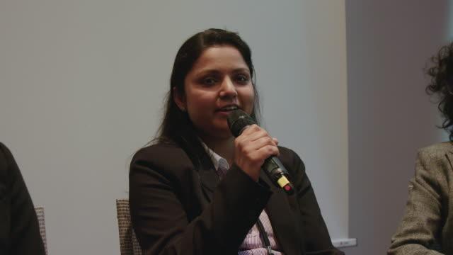 geschäftsfrau hält während des seminars eine rede - konferenz stock-videos und b-roll-filmmaterial